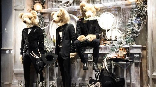 Ralph Lauren, this festive season, are filling the population of London with some teddy bear cheer. Yes, in the windows of the Ralph Lauren London flagship store, you will find bears, dressed like bears have never dressed before.