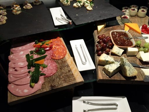The food choice during happy hour in Doubletree Tower of London's Executive Lounge was better than I had expected, with really tasty chicken wings, crudités, a selection of cheeses and a couple of different types of canapé.