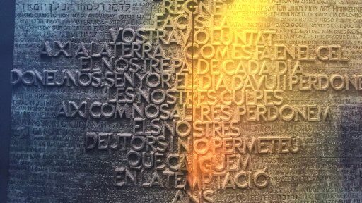 The middle part of the main access doors on the Glory façade is inscribed with the Lord's Prayer in Catalan with relief letters, and highlights the fragment 'Give us, o Lord, our daily bread' in Catalan and 49 more languages.