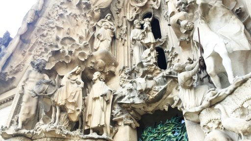 The images that appear on the Sagrada Família's Nativity façade include the Holy Trinity, the Virgin Mary under the invocation of the Immaculate Conception, the Nativity, the Star of Bethlehem, the Three Wise Men, the shepherds and the Tree of Life.