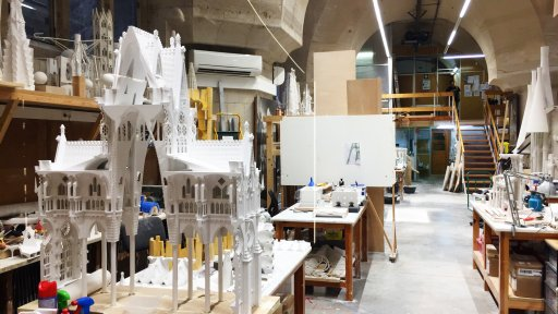 In the plaster workshop they are creating new plaster models necessary for the construction of the temple and also restoring the models destroyed during the Civil War. The restored models are the actual basis for the construction of the temple.