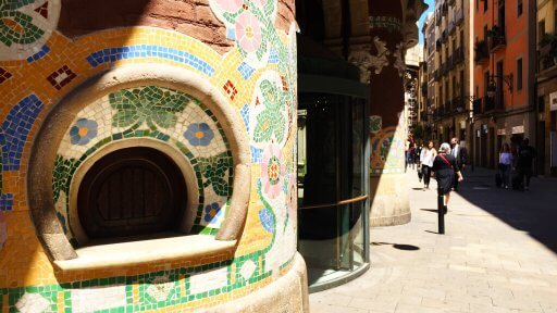 Stumbling upon the Palau de la Música Catalana we were also both struck by the contrast of the bright modernista decoration and the grey, straight buildings around it.