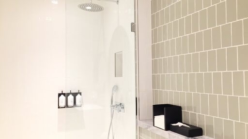 The Qanta London Lounge has six shower suites with rain shower & Aspar Aurora Spa toiletries.