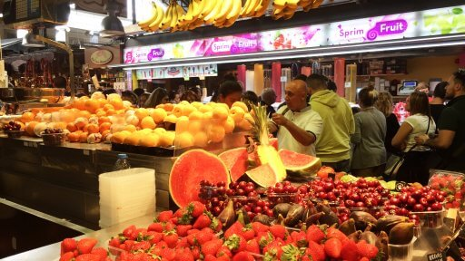 As you walk through the ornate wrought-iron gates of La Boqueria, you are immediately confronted by a host of fruit and vegetable stalls. These sell loads of different pots of cut fresh fruits to snack on. Along with these, they sell fantastic combinations of blended fruit drinks.